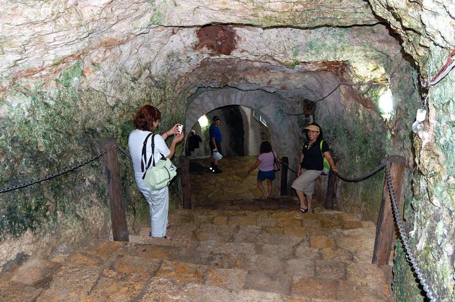 Спуск в пещеру Cenote Ikkil Чичен-Ица город майя, Мексика