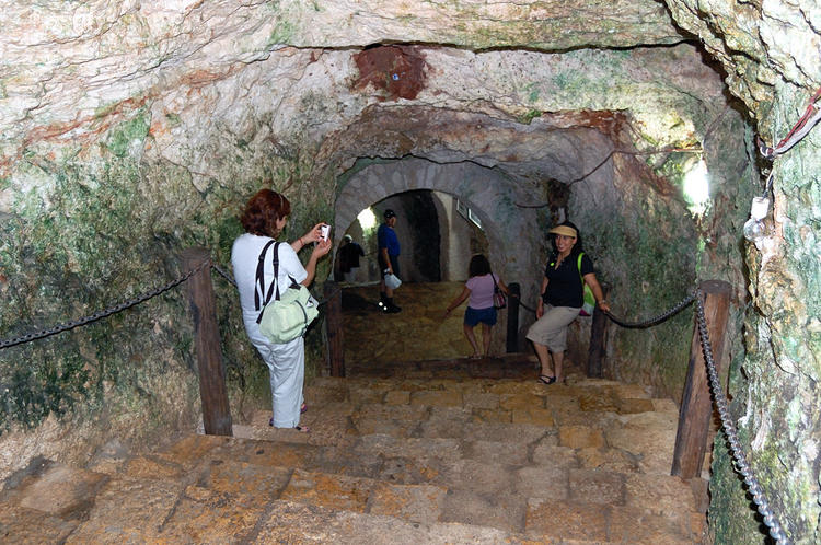 Спуск в пещеру Cenote Ikk