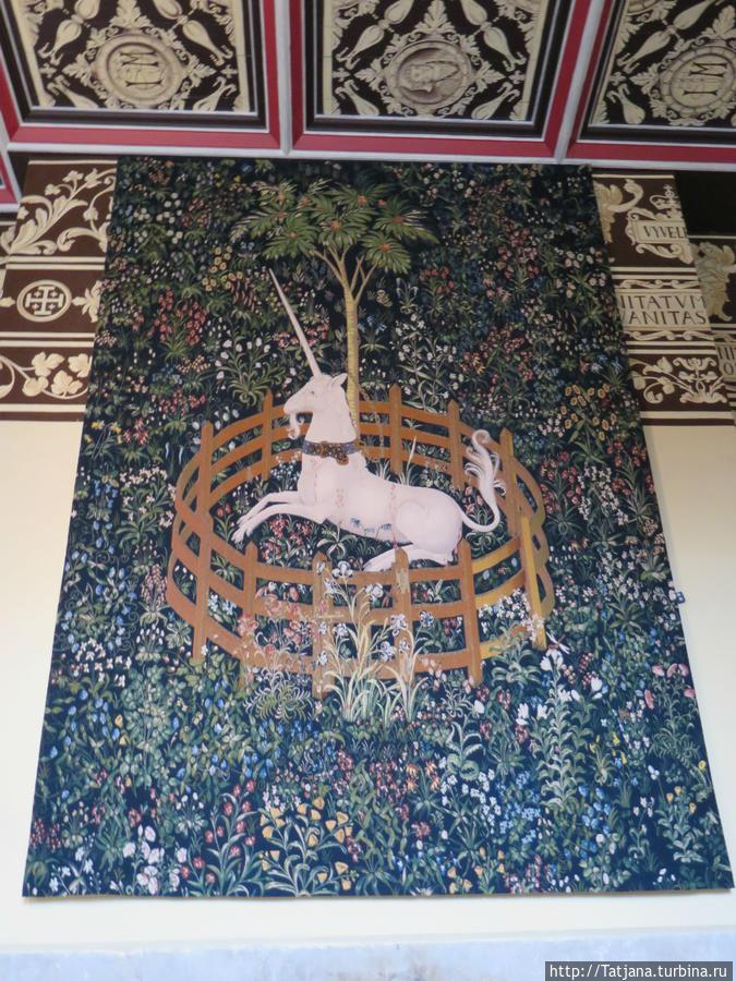 ЕДИНОРОГ — В древнем мире он считался выходцем из Индии, где его изображали красноголовым, с белым или черным рогом. Затем он появился в Вавилоне, Китае, Тибете, Греции. На Западе апогей его известности приходится на Средние века. Единорог олицетворяет могущество, силу, которая противостоит силам тьмы, поддерживая равновесие во Вселенной. Он является символом солнечного луча, чистоты, поворота к единению, к центру. Спираль — напоминание о том, что пребывает неизменным во времени. Кроме того, единорог — символ трансмутации, свободы и познания, он указывает путь тем, кто ищет истину.