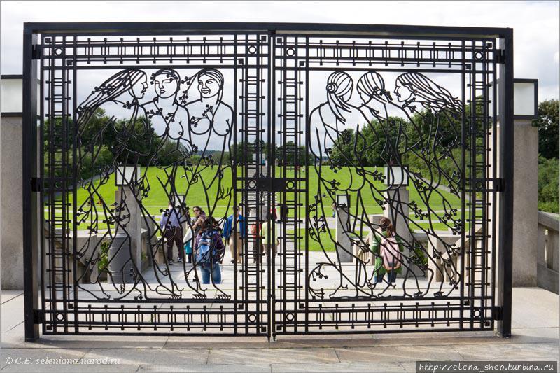 44.  Проходим через фигурные кованые ворота, на которых изображены девушки.