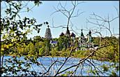 Вид на монастырь и Михайловское озеро