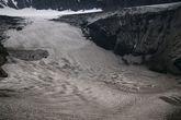 Это очень впечатляющая ледниковая воронка (второй кратер), она образовалась после извержения в 2000-м году. Под этим льдом находится озеро, но сейчас вон всякие туристы там бегают и не боятся!)