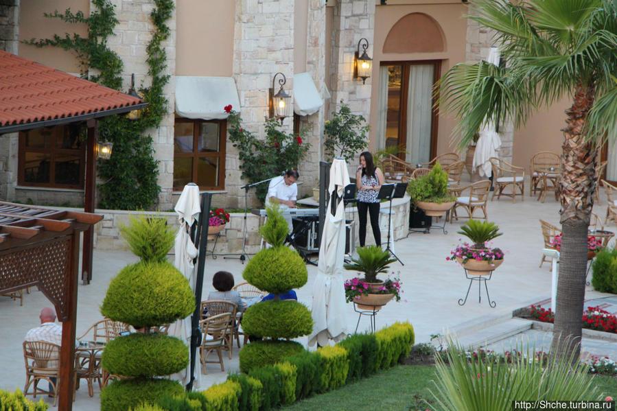 вечерами возле ресторана и бара живая музыка, я предпочитаю слушать на балконе