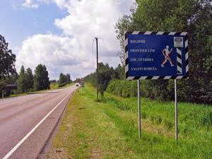 Дороги и в сторону Вильянди, и в сторону Выру идут вплотную к латвийской границе. Покуда не было Шенгена, конвой стрелял без предупреждения :)