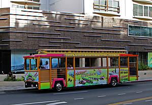 Деревянный троллейбус — достопримечательность Гонолулу. Их там много, я даже надеялся посвятить им материал, но оказалось, что днем-то в Гонолулу я был ну очень не много... Так что это первый снимок, пока мы ожидаем авто из гаража