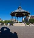 Мне показалось абсолютно нелогичным, что в таком армянском городе нет ни одного памятника представителю этого славного народа…, и вуаля! Условное название: «Думы о вечном»