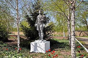 А перед самым дворцом установлен популярный в советское время памятник — парень с мячом.