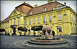 Епископский дворец, созданный в 1800 году в стиле  классицизма.