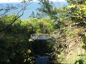 Ручеек, образующий водопад