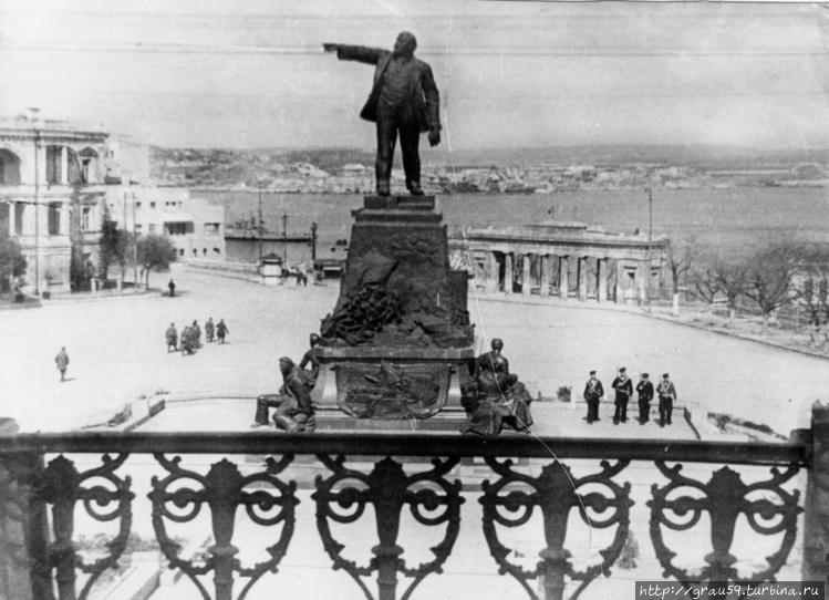 Довоенный памятник Ленину