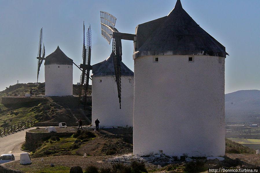 Белые ветряные мельницы Ла Манчи и современные Донкихоты Консуэгра, Испания