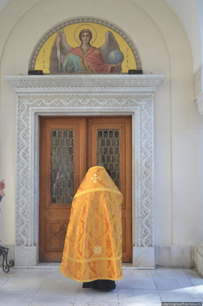 Священник входит в храм.