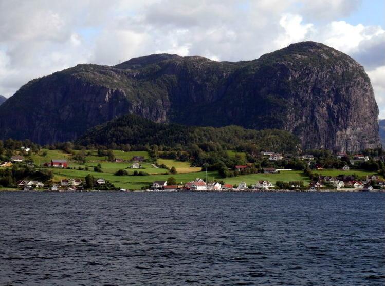 Сюрная гора рядом с Lauvv