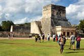 Среди построек майя бродят торговцы