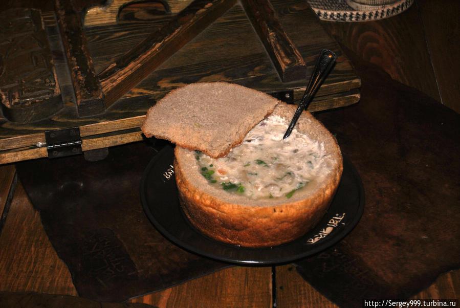 Суп в хлебе (~ 150руб.). Грибы во всю ложку!!!