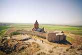 Монастырь со всех сторон обнесен высокой каменной стеной, что придает ему вид неприступной крепости.