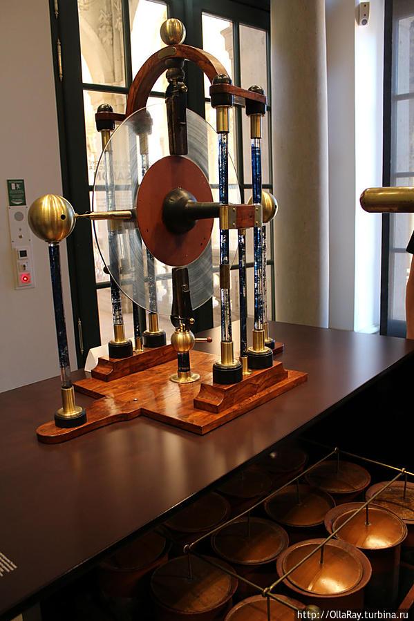 Батарея Лейденской банки (первого электрического конденсатора)