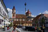 В центре города- церковь и ратуша