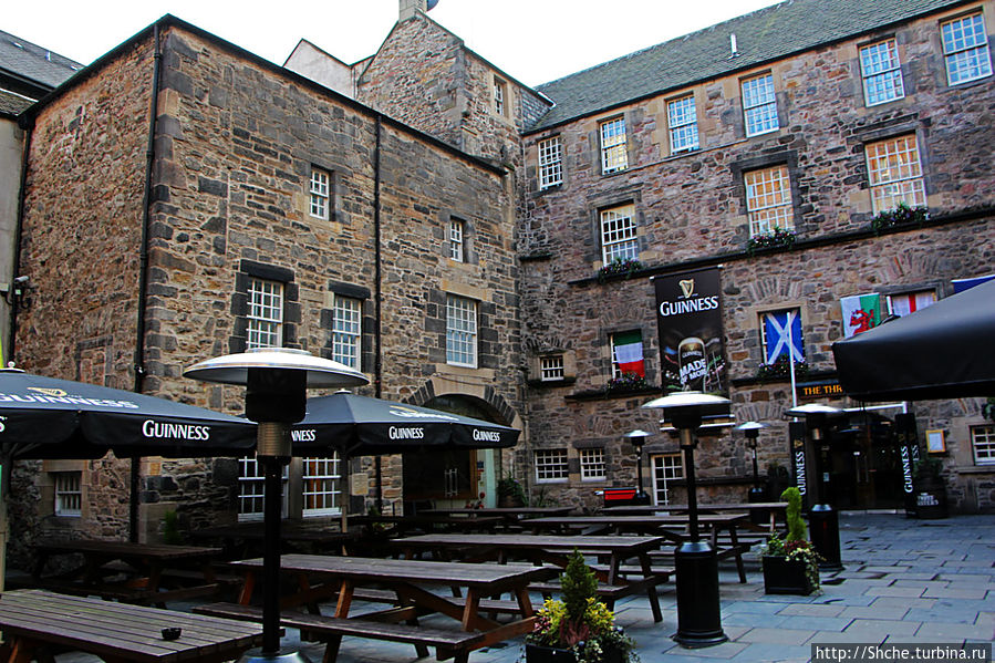 Двор старого здания, слева вход в отель, по центру — ресторан