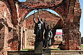 Памятник героическим защитникам города, которые 500 дней держали оборону крепости, не давая немцам перерезать