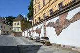 стена, повествующая историю города