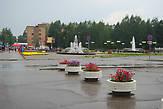 Композиция состоит из трех фонтанов — два овальных по бокам и один большой в центре.