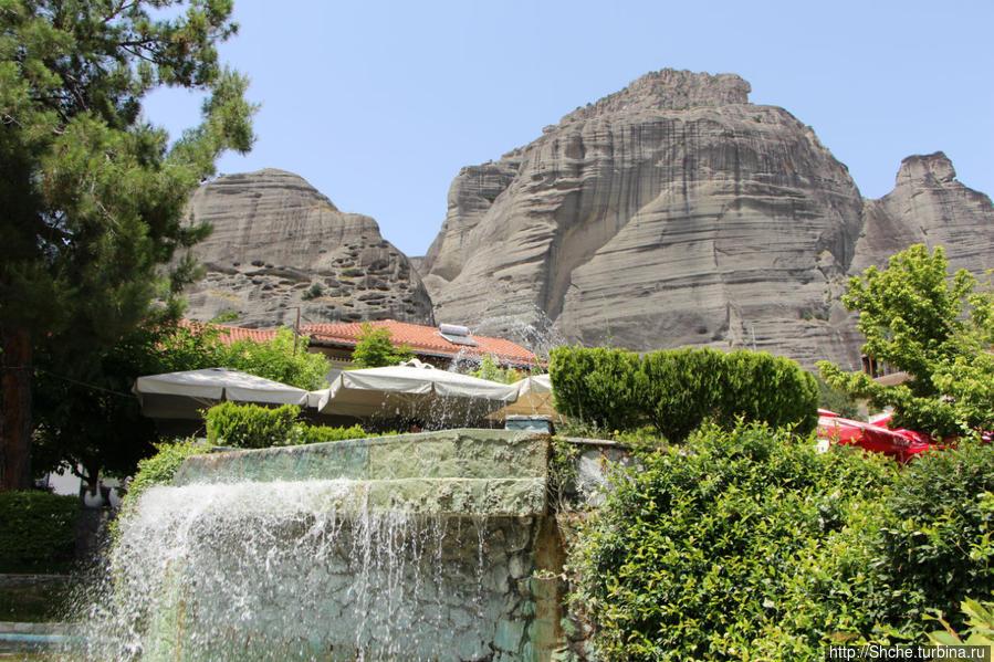 фонтан в виде искусственного водопада, мы заняли столик прямо над падающей струей