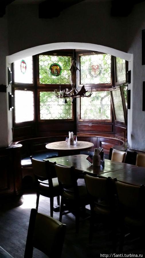 На втором этаже таверны — уютный интерьер в старинном духе