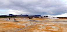 Мы в центре геотермальной зоны. Вдали видна стоянка автомашин