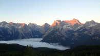 Нужно забраться как можно выше, выбрать правильное место как можно раньше и ждать момент, который длится всего 10-15 минут. Под определенным углом в солнечную погоду Доломиты откроются вам во всей красе. И только тогда вы с лихвой компенсируете все деньги, потраченные на поездку в северную Италию.
