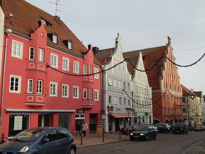 Имперская улица(N8), в конце Дом танцев (N9), построенный около 1400 года. Сначала это был городской танцевальный дом, куда по воскресеньям собирались танцевать граждане.  Частым гостем был Император Максимилиан (1459–1519).