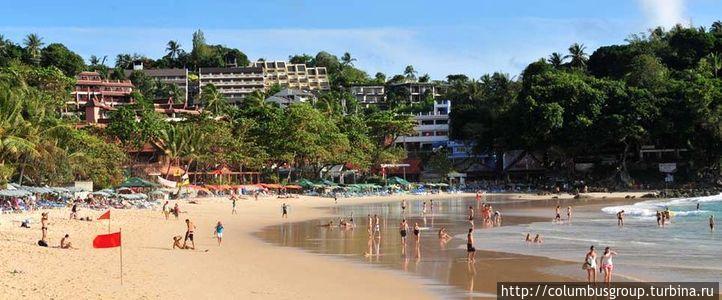 Так выглядит вид на отель ( вглубине справа ) со стороны пляжа