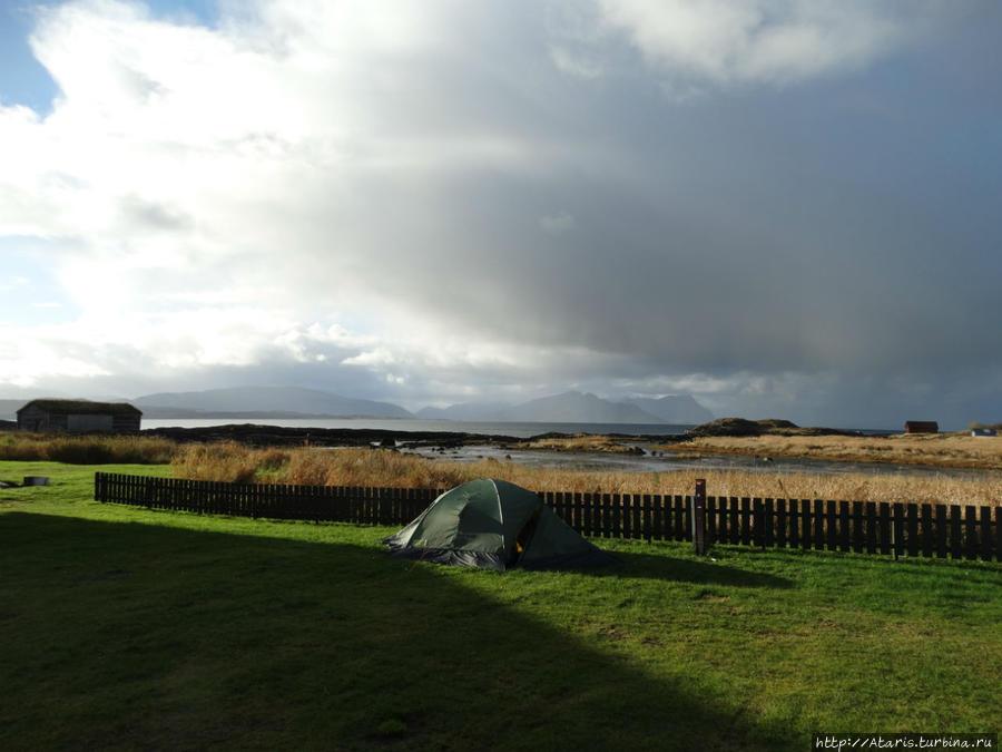[[geo121906]]. Наша палатка на фоне Сальтфьорда