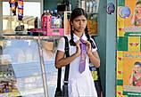 Эта девочка уже, как видно по галстуку, учится в другой школе нежели те, которых видела на пляже. Тоже о чем-то задумалась — идти домой или нет...