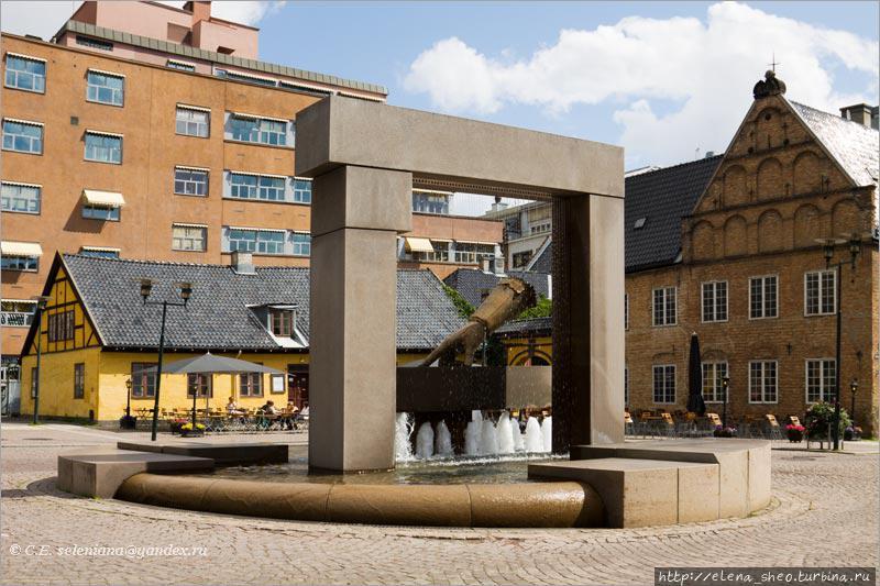 2. В центре площади находится фонтан. Он посвящён той исторической перчатке, которую бросил на землю король Дании Кристиан IV, повелев строить тут новый город из камня. Может быть, он даже сказал что-то вроде