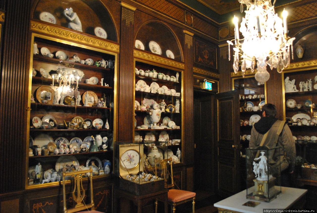 Комната с коллекцией фарф