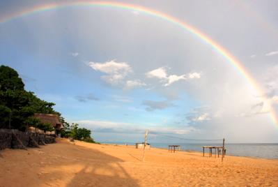 Радуга после дождя на озере Малави в кемпинге Kandе Beach