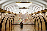 На торцевой стене центрального зала платформы исполнено декоративное панно в виде двух окружностей, изображающее известнейшие символы стран, через которые проходил Великий Шелковый Путь: индийский Тадж-Махал, Великая китайская стена, Мавзолей Ходжи Ахмеда Ясави, Египетские пирамиды, Римский Колизей, Афинский Парфенон, Монастырь Эд-Дейр в Иордании.