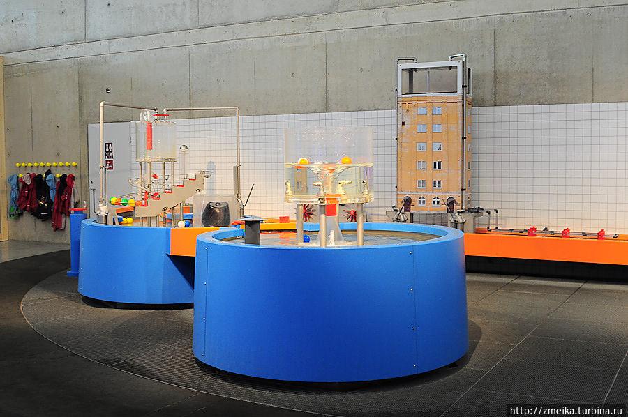 В этом же зале разные эксперименты с водой. Все брызгаются, детям можно надеть дождевики.