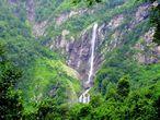 ...и вблизи. С греческого название можно толковать, как наемные воины. А в народе водопад получил другое название — Штаны (это видно внизу). Высота водопада примерно 70 метров. Рядом с ним круглый год лежит снег.