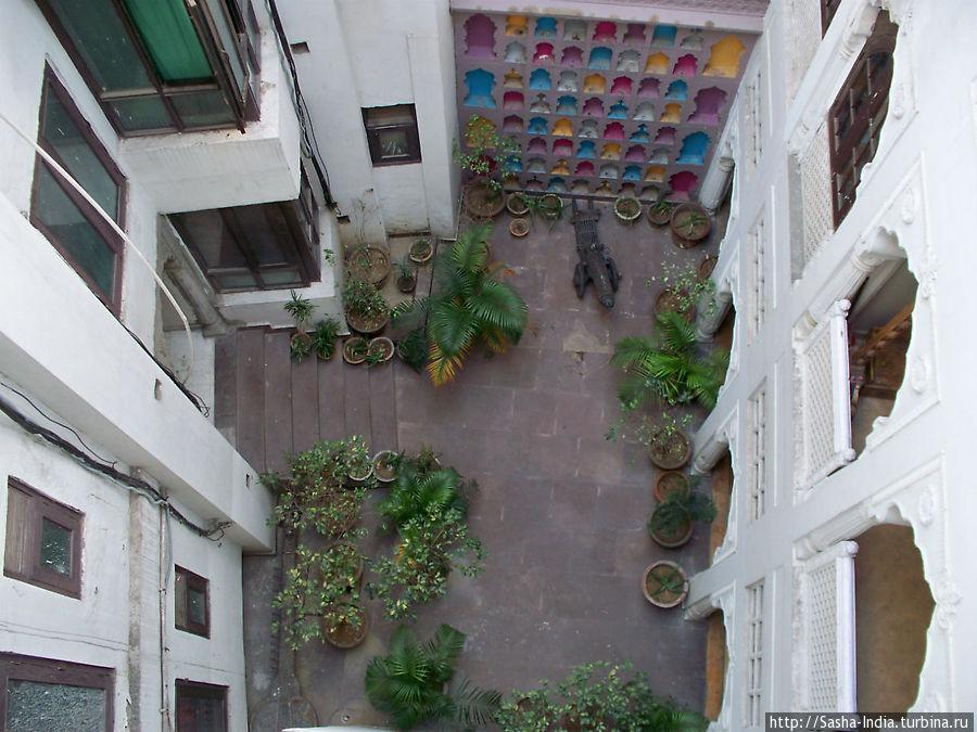 Вид сверху на дворик внутри гостиницы