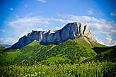 Восточная вершина, высотой 2442 метра, высота скал порядка 450 метров.