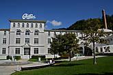 Здание заводика прекрасно гармонирует с окружающей обстановкой, однако внутри все высокотехнологично, по-швейцарски...
