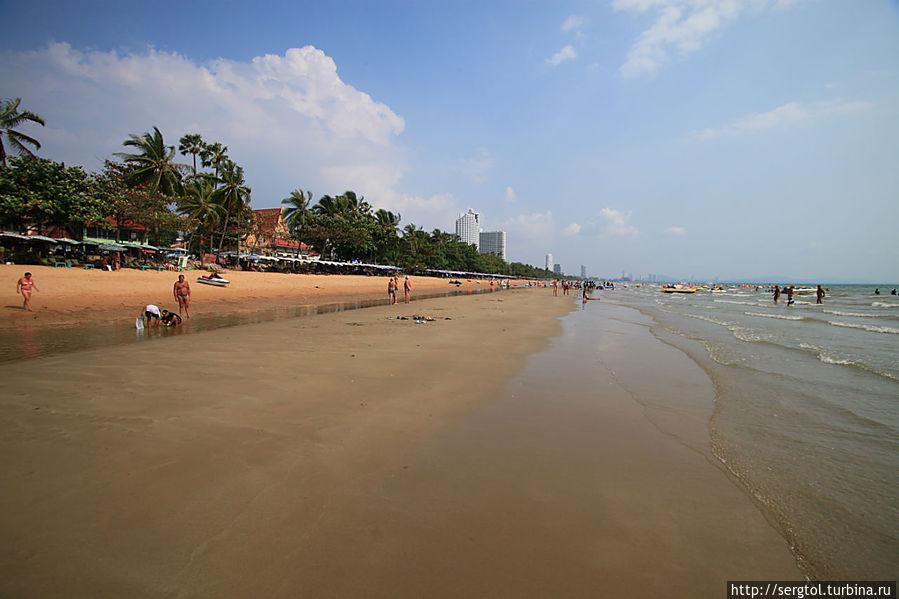 Пляж возле отеля. Купаться лучше утром. К обеду начинается отлив и становится мелко.