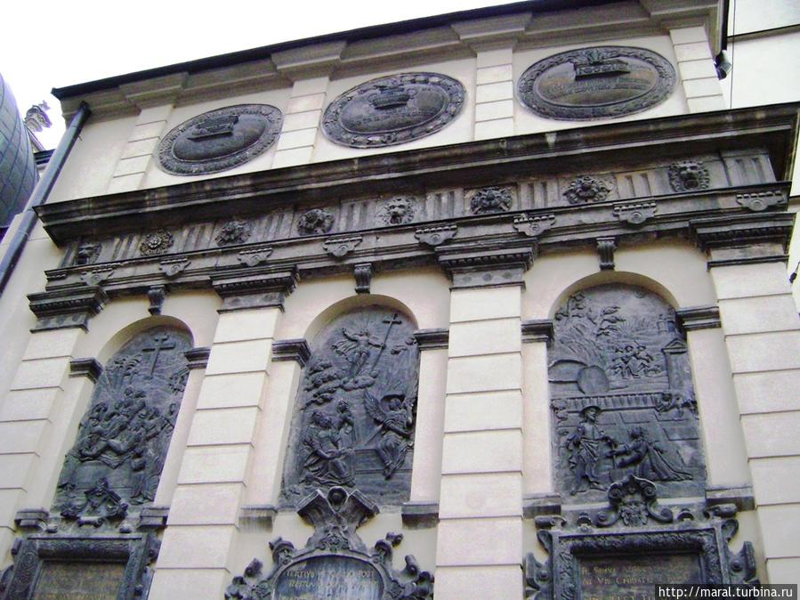 Часовня Кампианов (1584-1629 ) расположена у северной стены Латинского кафедрального собора