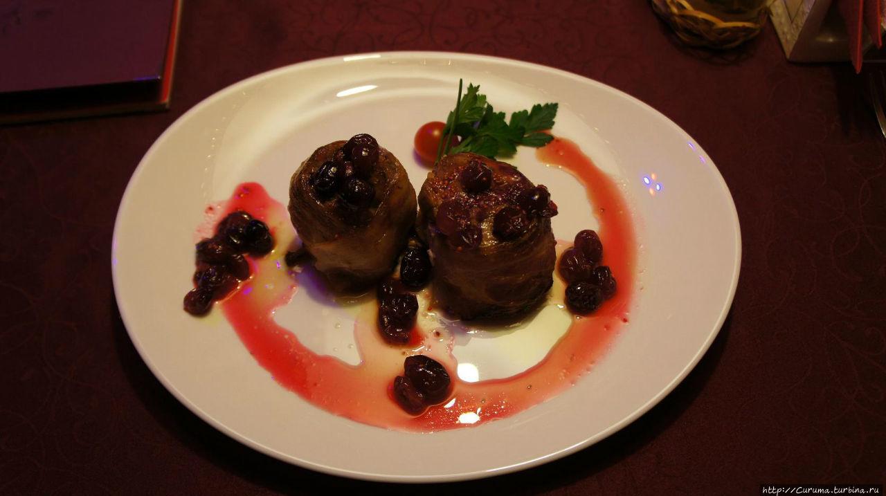 Свиное филе, фаршированное клюквой в беконе, с брусничным соусом