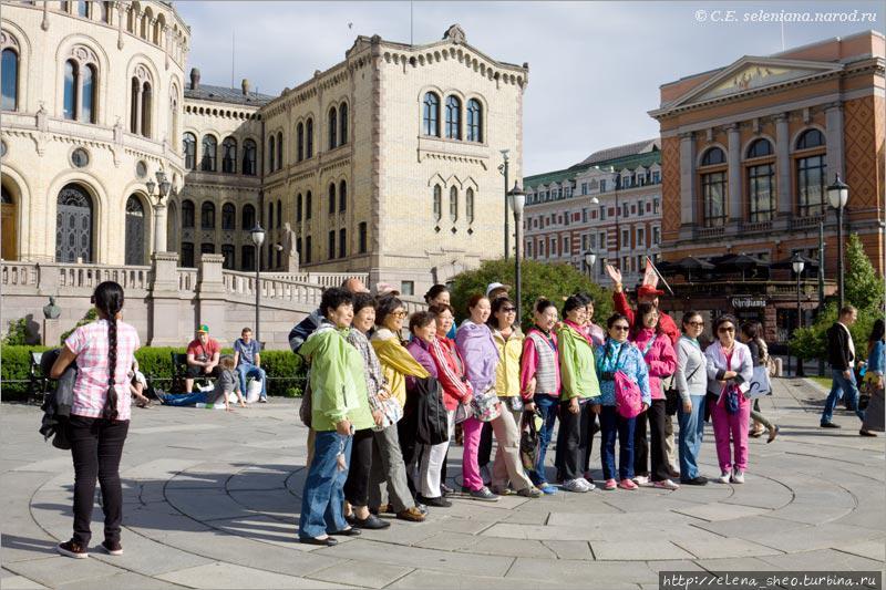 13. Китайские туристы фотографируются перед парламентом всем своим дружным коллективом. Европа уже начинает чувствовать, что китайцев и в самом деле много.