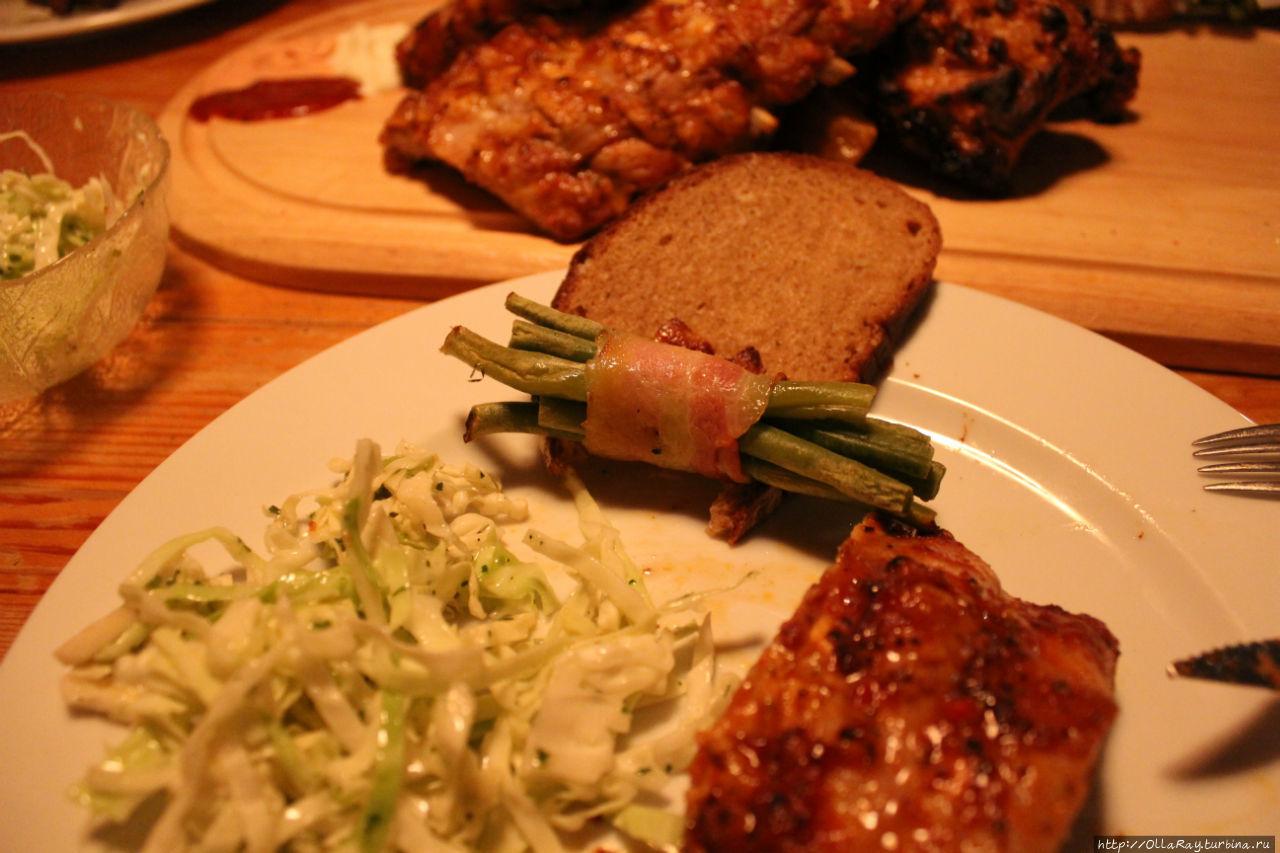 Рёбрышки подают с капустой, черемшой и хлебом.