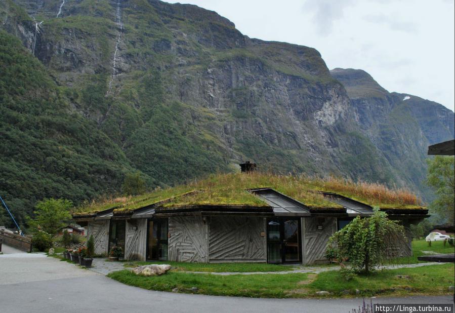 А это очень симпатичный отель в стиле викингов, окна в крыше. Говорят, из некоторых номеров можно смотреть на водопад, не вставая с кровати...