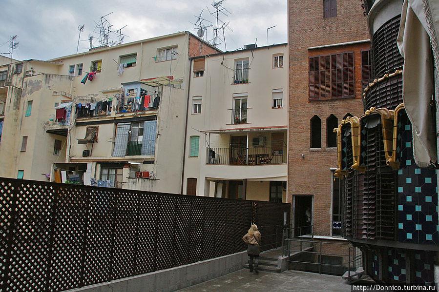 на третьем этаже — переход по улице к другой лестнице, чтобы подняться уже на крышу